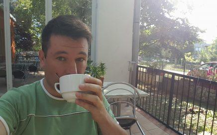Pergola panzióban kávézom, művésztábor, 2017